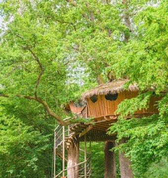 cabane sur l 39 eau cabane familiale flottante caravelle la cabane en l 39 air. Black Bedroom Furniture Sets. Home Design Ideas